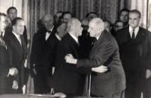 L'accolade entre le chancelier Konrad ADENAUER et le général Charles de GAULLE